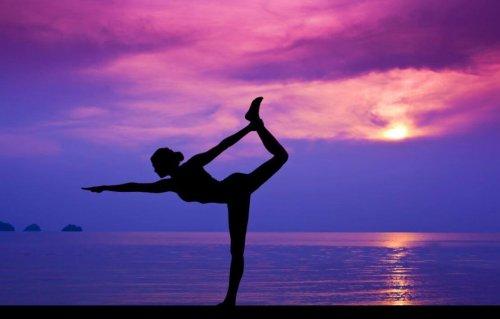 mujer-haciendo-yoga-en-la-playa-500x319